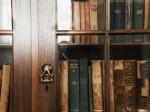 古い本と本棚