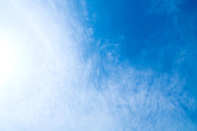 真上の青空と薄い雲